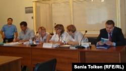 """Адвокаты подсудимых по """"делу оппозиции"""" в суде. Актау, 16 августа 2012 года."""