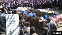 Сирияда билікке қарсы шығып қайтыс болған адамдарды жерлеу сәті. Хомс, 23 наурыз 2012 жыл. (Көрнекі сурет)