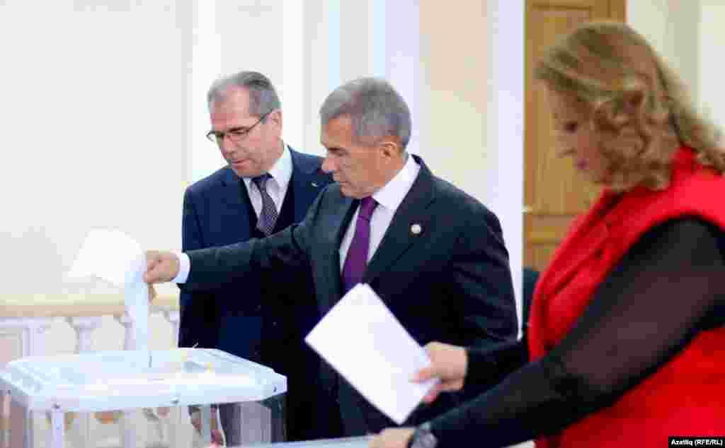 Татарстан президенты Рөстәм Миңнеханов җәмәгате Гөлсинә ханым белән тавыш бирә