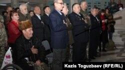 Бауржан Жасымбеков (слева), потерявший обе ноги в советской войне в Афганистане. Алматы, 5 февраля 2014 года.