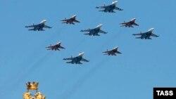 Истребители Су-27 и МиГ-29 над Красной площадью во время военного парада. Москва, 9 мая 2016 года. Иллюстрационное фото