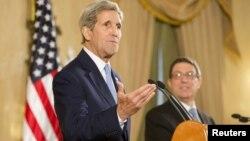 Secretarul de stat american John Kerry și omoogul său cubanez Bruno Rodriguez, Havana, 14 august 2015