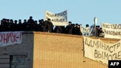 Заключенные на крыше здания в колонии Копейска, 25 ноября