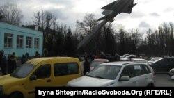 Заблокований автомобілями вхід до військової частини у Василькові