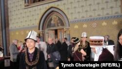 Прагадагы кайрымдуулук кечесине көмөктөшкөн кыргыз жаштары. 2010-жылдын 19-октябры. ТЧ.