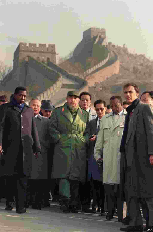 دیدار کاسترو از دیوار چین در ۱۹۹۵