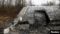 Донецьк, зруйнована дорога (ілюстраційне фото)