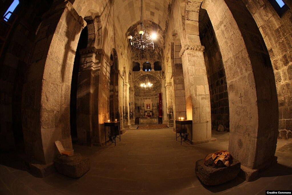 Интерьер монастыря Цицернаванк, который, по оценкам, был построен в V или VI веке.