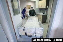 U Njemačkoj pomaže i to što je zdravstveni sistem zemlje dobro opremljen za nošenje sa krizom sa pola miliona bolničkih kreveta (fotografija iz bolnice u Essenu, mart 2020)