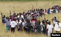 "Толпа идет на захват ""белой фермы"""