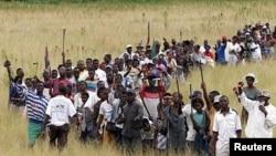 """Толпа идет на захват """"белой фермы"""" в Зимбабве, фото Reuters"""