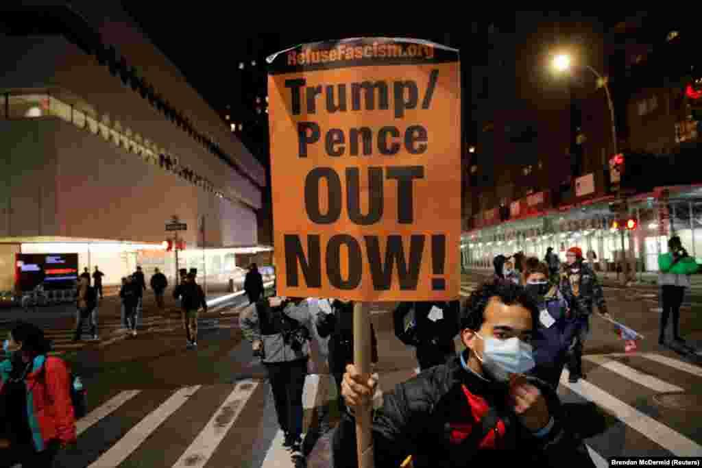 Участник акции протеста против Дональда Трампа, состоявшейся в день выборов в Нью-Йорке.