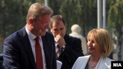 Eврокомесарот за проширување Штефан Фуле се сретна со вицепремиерката за европски прашања Теута Арифи во Скопје.
