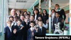 Nadia Cristea (în centru) şi fostul ministru al educaţiei Mihai Şleahtiţchi (stânga), printre copiii liceului