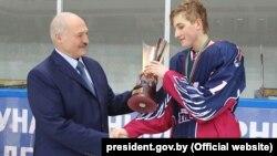 Аляксандар і Мікалай Лукашэнкі на хакейным турніры «Алімпійскія надзеі»