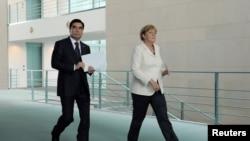 Президент Туркменистана Гурбангулы Бердымухамедов (слева) и канцлер Германии Ангела Меркель в Берлине, 29 августа 2016 года.