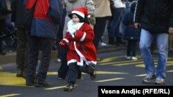 Mladi Deda Mraz na ulicama Beograda