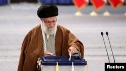 Иранның рухани басшысы аятолла Әли Хаменеи парламент сайлауына дауыс беріп тұр. Тегеран, 21 ақпан 2020 жыл.