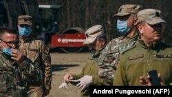 Militari iau parte la organizarea unui spital mobil în apropierea Bucureștiului, 19 martie 2020