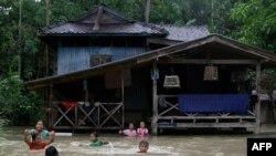Нөсер жауыннан кейін жартылай су үстінде тұрғын үй. Наратхиват провинциясы, Таиланд, желтоқсан 2009 ж.