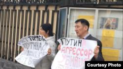 Пикет Нурлана Карымшакова и Гульзаны Имаевой