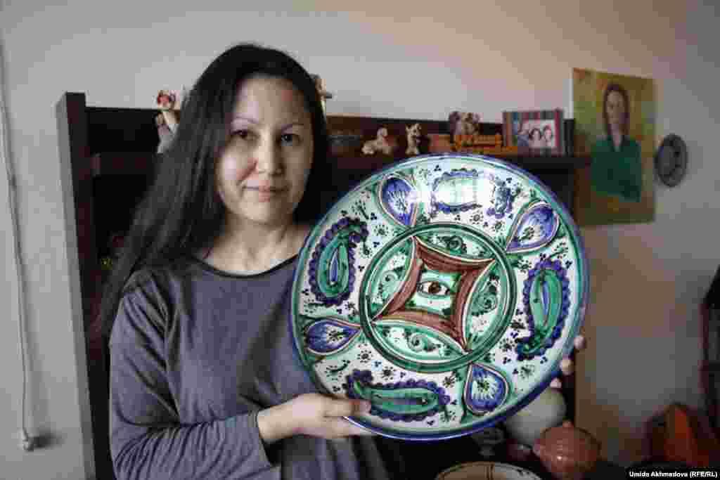 Гульжамал Милибаева, физик, живет в Ташкенте, интересуется узбекской керамикой. Ее отец переехал еще ребенком в Чирчик (город под Ташкентом), женился на казашке из Таваксая (поселок недалеко от Чирчика).
