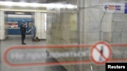 """Полицейские на станции метро """"Сенная площадь"""" в Санкт-Петербурге. 4 апреля 2017 года."""