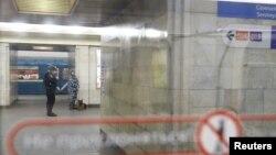 Сотрудники полиции со служебной собакой в метро Петербурга на следующий день после взрыва. 4 апреля 2017 года.