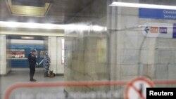 """Полицейские на станции метро """"Сенная площадь"""" в Петербурге. 4 апреля 2017 года."""