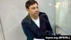 "РИА Новости Украина"" агенттігінің директоры Кирилл Вышинский сотта отыр."
