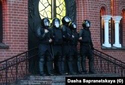 Trupele OMON păzesc intrarea în biserică, în timp ce în piață au fost arestați aproximativ 50 oameni.
