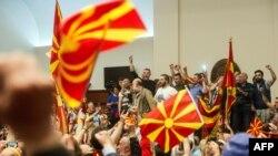 Protestuesit brenda ambientit të Kuvendit të Maqedonisë, 27 prill 2017