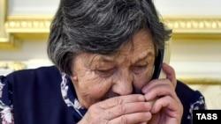 Мария Савченко во время телефонного разговора с дочерью