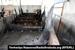 Херсонський човен більший за відрестраврований запорізькими істориками байдак у кілька разів: його довжина 40 метрів, а ширина – 10 метрів