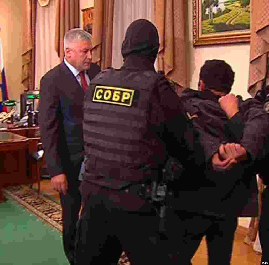 Реакция власти на беспорядки в Бирюлёве: подозреваемый в убийстве Орхан Зейналов был оперативно задержан и доставлен к министру внутренних дел Колокольцеву.