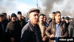 В нескольких регионах Азербайджана вспыхнули стихийные протесты. Люди вышли на улицы в Ахсу, Физули, Сиязане, в Агджабединском районе, Ленкоране. Приходят сведения о волнениях в других местах. Все это происходит на фоне финансового кризиса