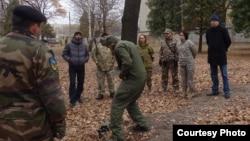 Куйдо Кюлм (крайній праворуч) на тренуваннях батальйону «Азов»