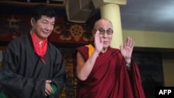 Лобсанг Сангай, глава правительства Тибета в изгнании (слева), с Далай-ламой. Иллюстративное фото.