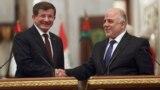 رئيس الوزراء العراقي حيدر العبادي يصافح نظيره التركي أحمد داودأوغلو