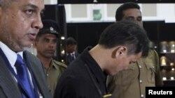Чоу Ван-дузди алмосхӯр, дар иҳотаи афсарони амниятии Шри Ланка