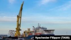 Судно-трубоукладчик «Академик Черский» в порту Мукран, 30 мая 2020 года.