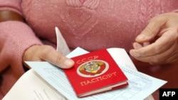 Dağlıq Qarabağda pasportu ilə seçkiyə gələn qadın
