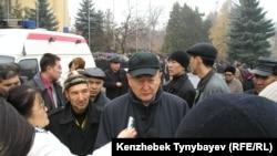 Оппозиционный политик Алтынбек Сарсенбаев в окружении журналистов на похоронах Заманбека Нуркадилова. 15 ноября 2005 года. Через три месяца Сарсенбаев был убит вместе с двумя помощниками.