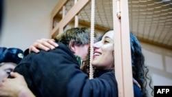 Освобождение одной из арестованных - Файзы Оулахсен
