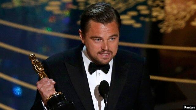 Леонардо Ди Каприо держит награду, 28 февраля 2016 г.