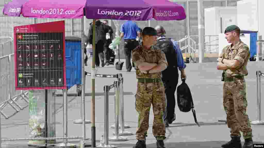 На КПП в Олимпийский парк в районе Стрэтфорда, Лондон