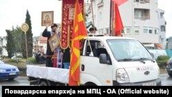 Свештеници од Повардарската епархија на МПЦ - ОА одржуваат молитва против пандемијата на коронавирус и ги прскаа улиците во Велес со света вода
