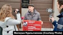 Лев Пономарев мөселманнарны азат итү таләбе белән ялгыз пикетта