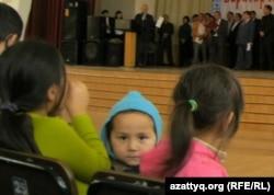 Дети на митинге в поддержку казахского языка. Алматы, 19 сентября 2010 года.