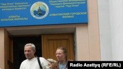 """Пожилые люди у здания партии """"Нур Отан"""" в Алматы. Иллюстративное фото."""